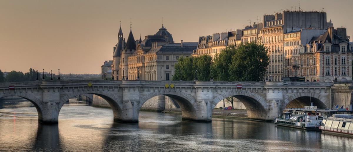 Lever-de-soleil-sur-les-quais-de-Paris-a21422407